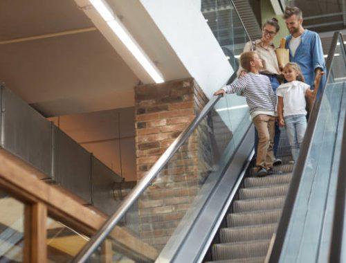 bezpieczensto dzieci na ruchomych schodach